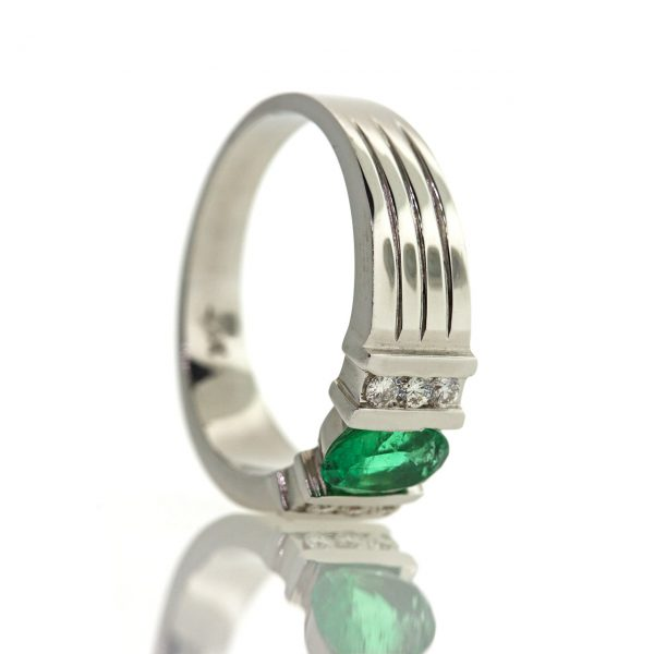Emerald gold ring 0O001A8804_01